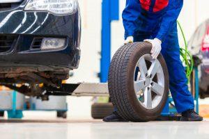 foto di gomma per auto che sta per essere installata